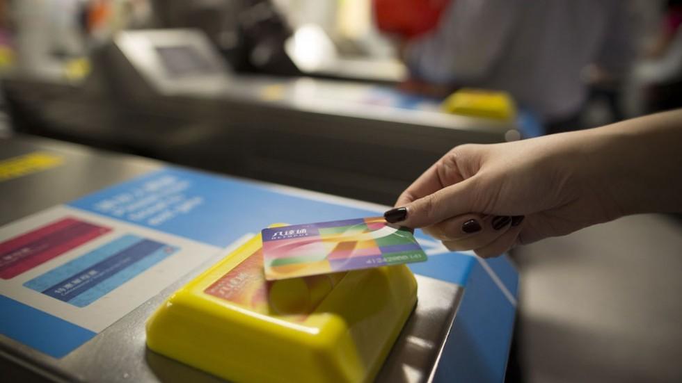 Manifestantes de Hong Kong hacen cola para comprar billetes de tren físicos en lugar de usar la tarjeta 'contactless' por temor a ser identificados