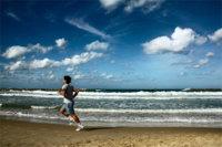 Correr por la playa quema más calorías. Operación bikini