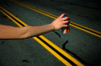 La manía de no beber agua mientras corremos, un error en toda regla