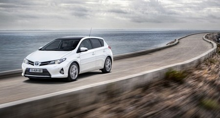 El Toyota Auris Híbrido, berlina y Touring Sports, reduce ligeramente su consumo y emisiones