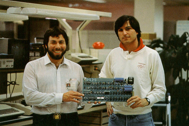 Steve Wozniak y Steve Jobs sujetando un Apple I