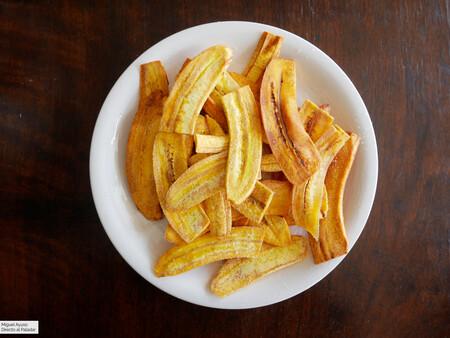 Chips de plátano macho o chifles: receta latinoamericana para un aperitivo súper fácil