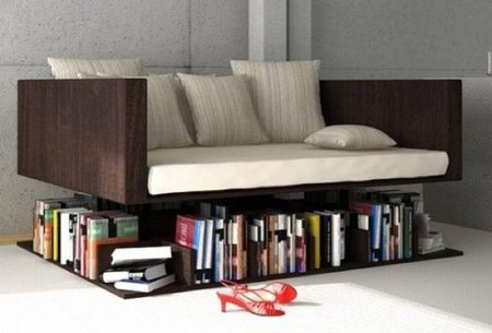 Un sofá que levita sobre libros