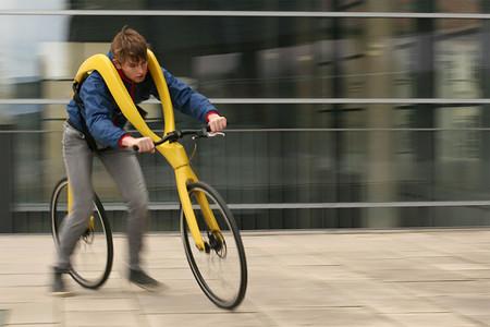 Alguien ha rediseñado la bicicleta quitándole los pedales y además, nos quiere colgar de ella