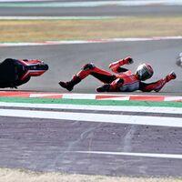 Una lámina de la visera de un casco paró la moto de Jack Miller y pudo causar también la caída de Pecco Bagnaia