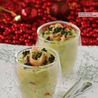 Vasitos de crema de aguacate con salmón salvaje. Receta de Navidad