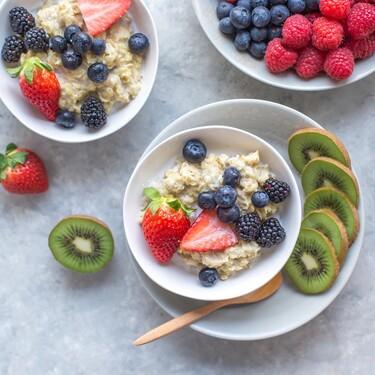 Innovar en el desayuno: siete recetas de bowl porridge que nos encantan y tienen un toque diferente