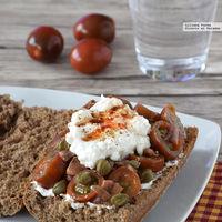 Bocadillo de tomatitos marinados con anchoas y queso ricotta. Receta