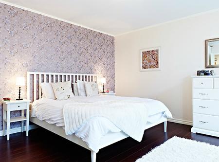 Puertas abiertas: un dormitorio con pared de impacto de flores