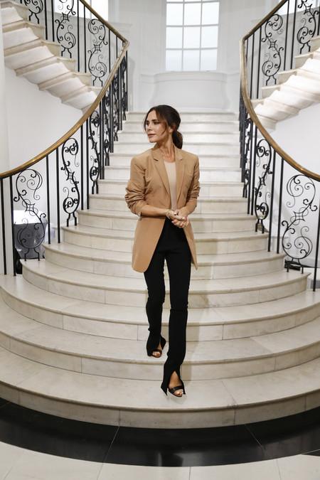 Este es el lookazo con el que Victoria Beckham ha asistido a su desfile en Londres para celebrar su décimo aniversario en la moda