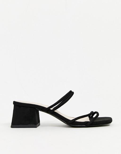 Sandalias tipo mules con tiras en negro
