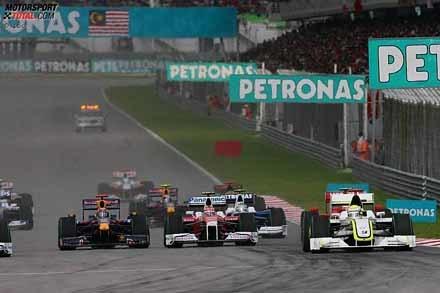 Jenson Button gana una carrera caótica y esperpéntica
