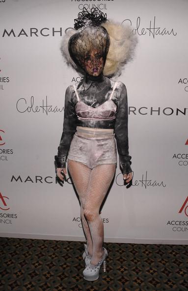 Lady Gaga da la nota en los premios ACE: su look y el estilo de las invitadas