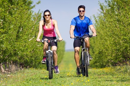 Feliz Pareja Jovenes Paseo Bicicleta Campo 1301 6092