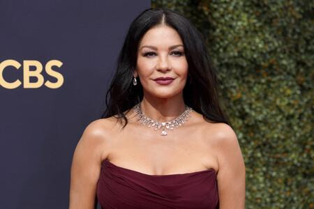 Premios Emmy 2021: Catherine Zeta-Jones sabe que el burdeos es su color y deslumbra en la alfombra roja