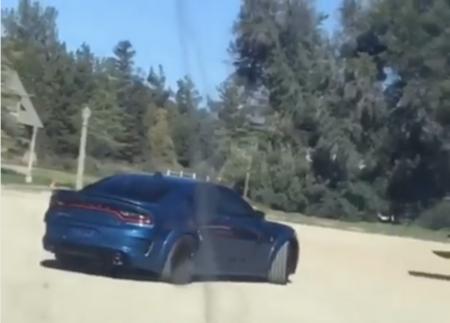 Filtrado: el Dodge Charger Widebody es captado sin camuflaje mientras graba un comercial