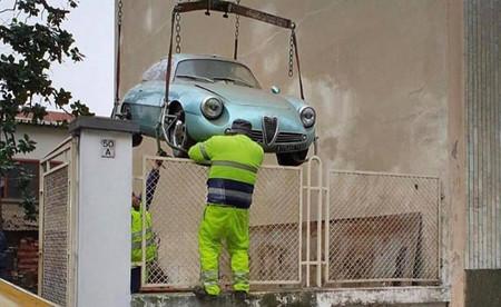 Alguien ha pagado medio millón de euros por este Alfa Romeo Giulietta SZ que ha estado 35 años cogiendo polvo