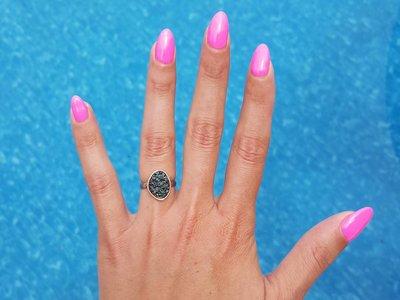 Los esmaltes de uñas que cambian de color se convierten en la locura de las manicuras