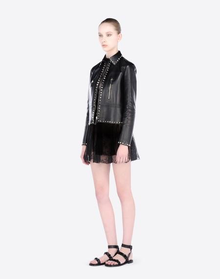 Clonados y pillados: la chaqueta de cuero perfecta no cuesta 3.000 euros ni es de Valentino (palabrita)