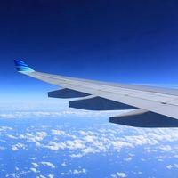 Una mujer embarazada de gemelos se pone de parto en pleno vuelo: un bebé nace en el avión y otro en Gran Canaria