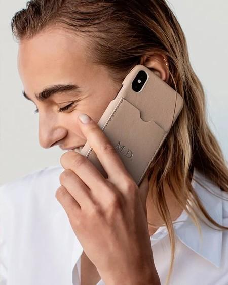 Massimo Dutti va un paso más allá y ahora nos permite personalizar sus nuevas fundas para Iphone con nuestras iniciales