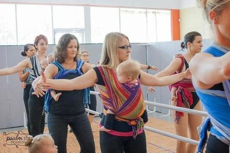 Mamás porteadoras: a clase de ballet con sus bebés