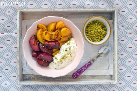 Fruta de verano a la parrilla con labneh de kéfir: receta saludable de postre o desayuno