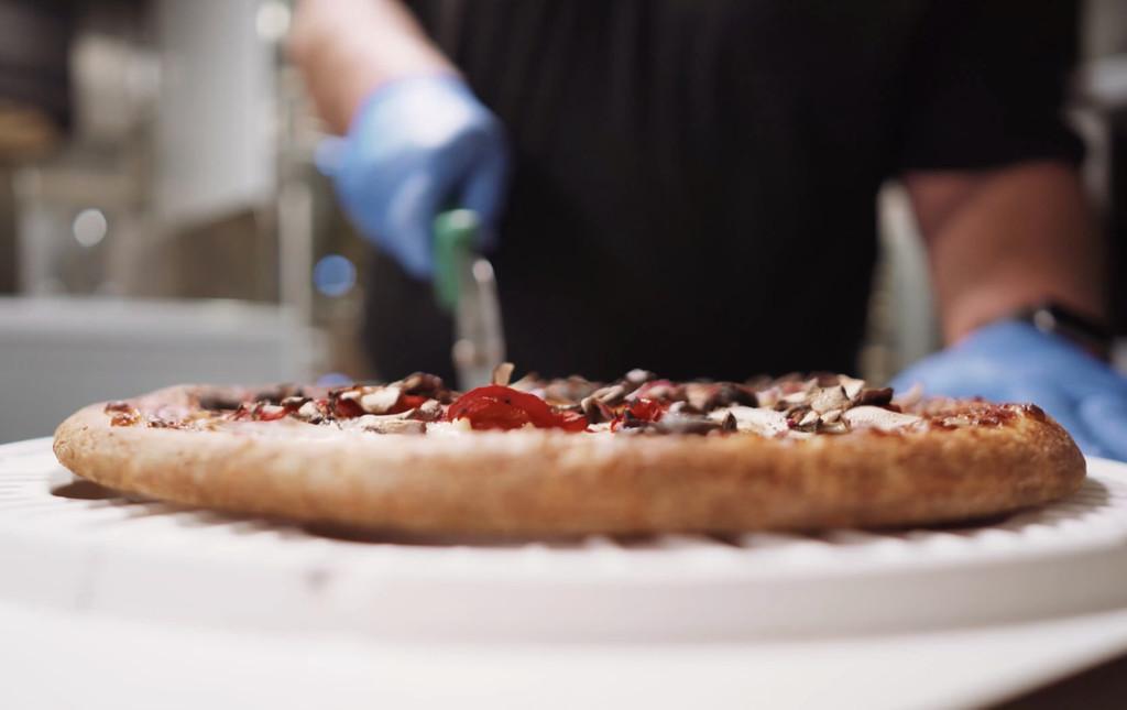 Tras cientos de millones de dólares invertidos este robot sigue sin saber hacer pizzas, ahora se limitará a las cajas para pizzas
