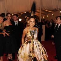 Peores looks peor vestidas Costume Insitute MET Gala Sarah Jessica Parker Giles Deacon con tocado de Phillip Treacy