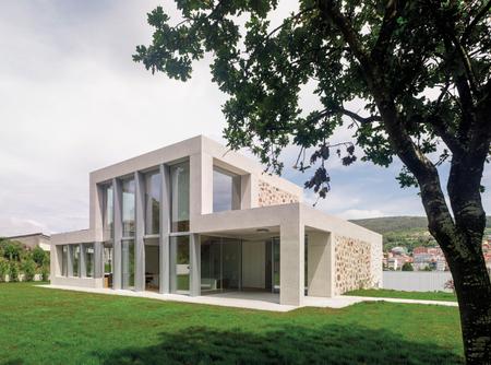 Puertas abiertas: una vivienda unifamiliar en dos volúmenes con distribución abierta y flexible