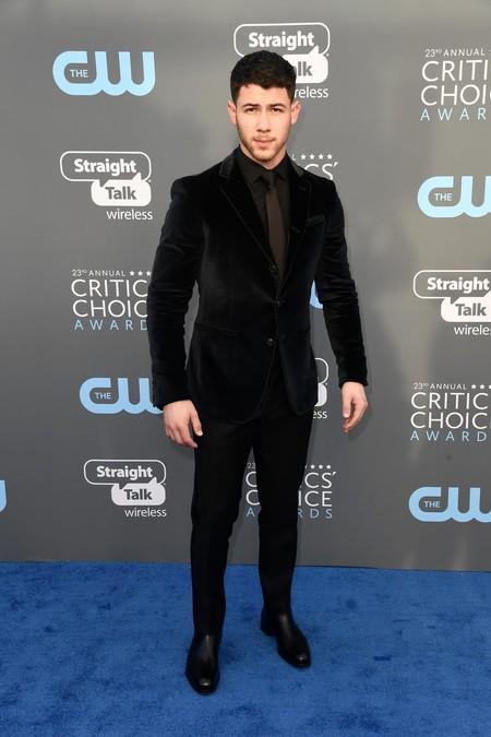 Nick Jonas Se Enfunda En Terciopelo Y Acierta A Lo Grnade Para Los Critic S Choice Awards 2