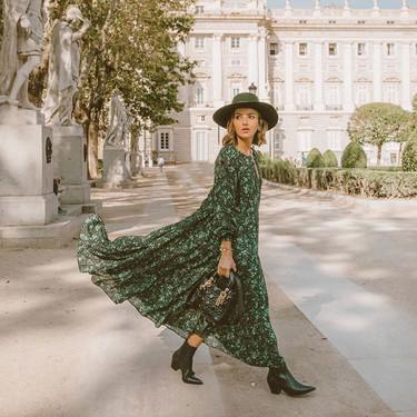 El otoño se viste de primavera gracias a los vestidos fluidos largos que conquistan el street style