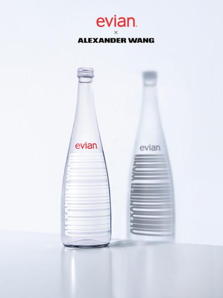 El agua más cool del momento la firma Evian (junto a Alexander Wang)
