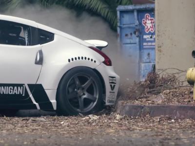 Celebra el Black Friday con este vídeo de dos Nissan 370Z haciendo drift en un centro comercial