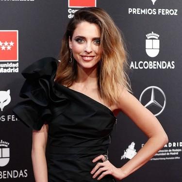 Leticia Dolera opta por un look rockero (y con minivestido) para pisar la alfombra roja de los Premios Feroz 2020