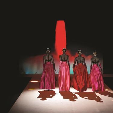 El desfile de Andrés Sardá se convierte en una despedida al diseñador y trae de vuelta a cuatro modelos icónicas de los 90