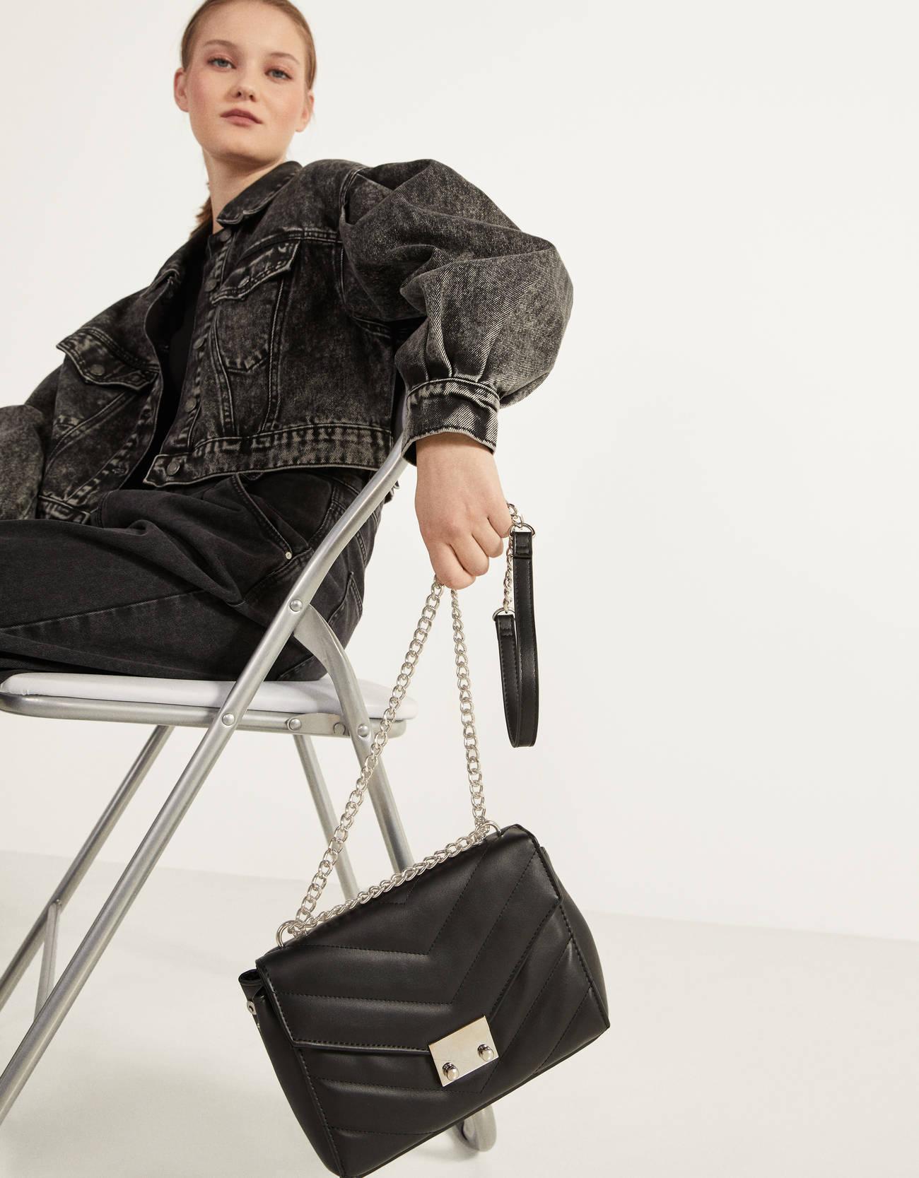 Bolso acolchado con cadena