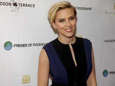 Scarlett Johansson todo sonrisas junto a su hermano gemelo