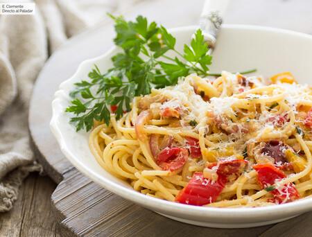 Receta de espaguetis con peperonata, la riquísima salsa italiana de pimientos confitados