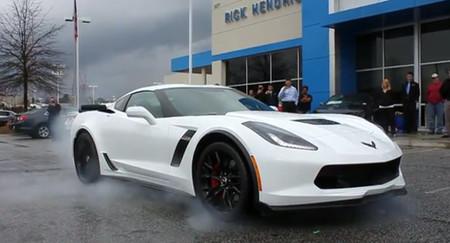 Le entregan su Corvette Z06 y lo celebra con un burnout frente al concesionario