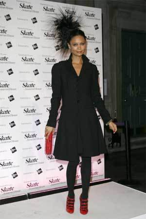 Thandie Newton con una horrible cosa en su cabeza
