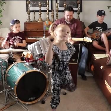 """Esta familia nos sorprende todos los días con una nueva canción en cuarentena, y su versión de """"Come together"""" es imperdible"""