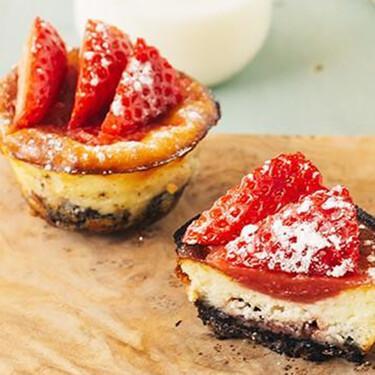Cheesecakes con fresas y galletas. Receta