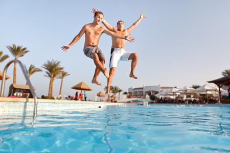 Jóvenes-saltando-a-la-piscina