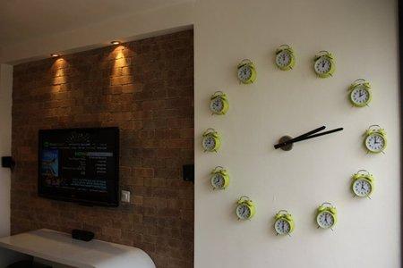 Original reloj de pared hecho con otros relojes