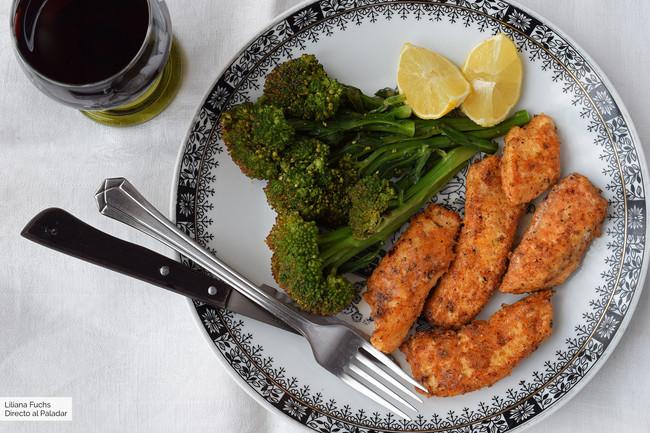Filetes de pollo al parmesano con bimi al vapor: receta rápida y sana para cuidarse entre semana
