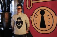 Ricardo Cavolo tatua con sus ilustraciones los ventanales del Glass Bar del Hotel Urban de Madrid