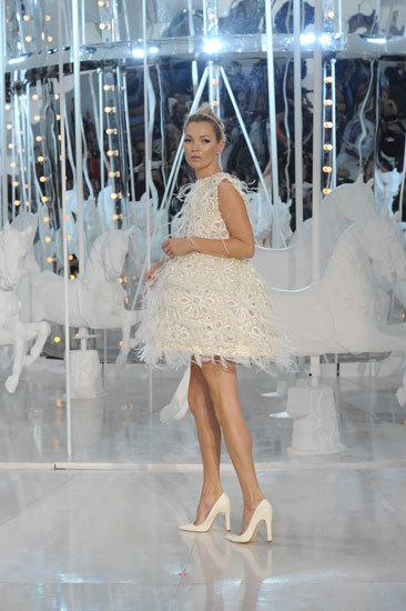 vestido de cocktail apliques de plumas
