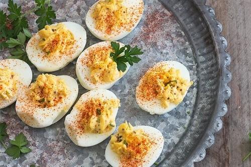Huevos rellenos: siete recetas diferentes para picotear este finde