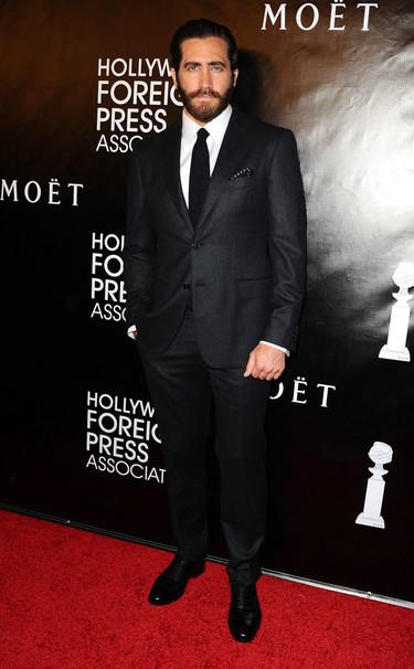 Jake Gyllenhaal sí que sabe vestir de blanco y negro (aprende Zac Efron)